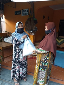 FCJ neighbours receiving food parcels during COVID in Yogyakarta